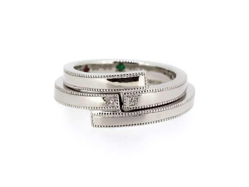 二つの指輪を重ねると噛み合うカタチのデザインの周りをミルで縁取り